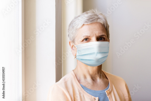 Photo health, safety and pandemic concept - senior woman wearing protective medical ma