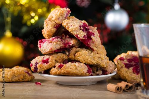 Photo Christmas oatmeal cookies on plate with tea
