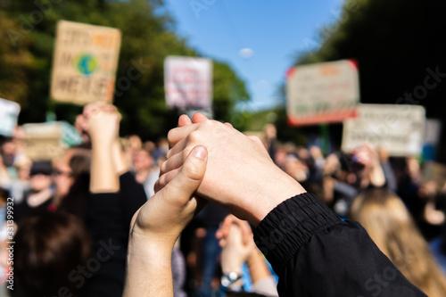 zwei Junge Menschen reichen sich die Hände im Rahmen einer Fridays for Future De Canvas Print