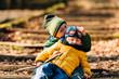 canvas print picture - Jungen spielen wild miteinander im Wald 2