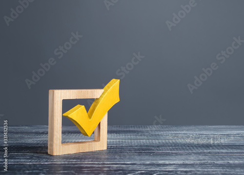 Fotomural Yellow voting tick in a checkbox