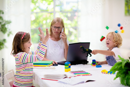 mata magnetyczna Mother working from home with kids. Quarantine.