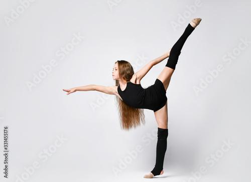 Obraz Flexible skinny girl posing in vertical split - fototapety do salonu