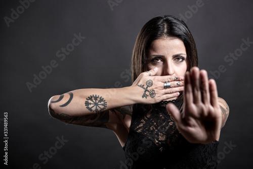 Ragazza tatuata morasi porta un amano alla bocca e con l'altra indica lo stop  , Canvas Print