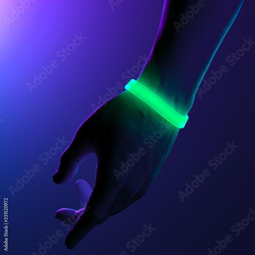 Cuadros en Lienzo Neon Illuminated Green Rubber Bracelets on Hand On Dark Background