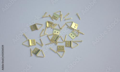 Photo attaches tableau en métal jaune ,isolé