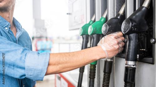 Fotomural Mężczyzna tankuje samochód na stacji benzynowej