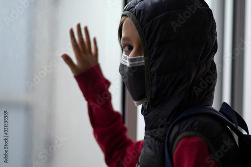 Niño con tapabocas en cuarentena Slika na platnu