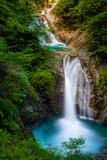 美しき滝の流れ