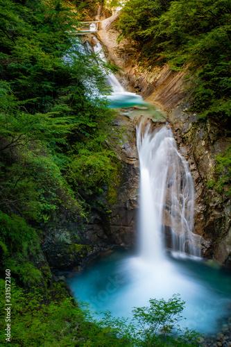 Obraz 美しき滝の流れ - fototapety do salonu