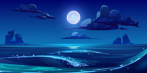 Noćni morski krajolik s mjesecom, zvijezdama i oblacima na tamnom nebu. Vector ilustracija crtića ponoćne scene oceanskih valova sa stijenama i odsjajem mjesečine