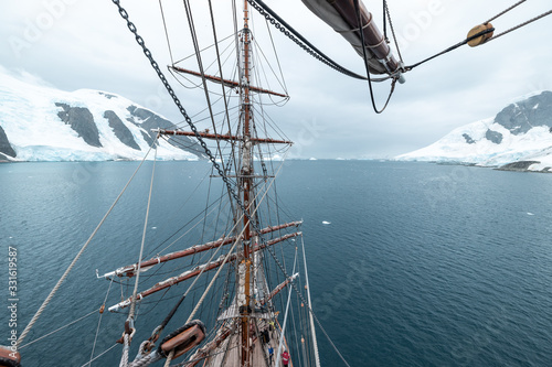 Valokuva sailing ship in lemaire channel antarctica with snow  and ice