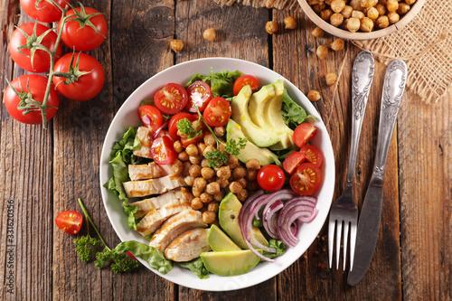 Fotografia vegetable salad with chicken, chickpea, avocado,tomato and onion