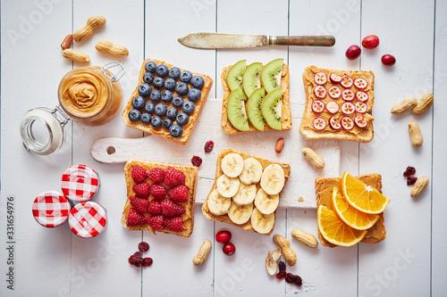 Foto Assortment of healthy fresh breakfast toasts