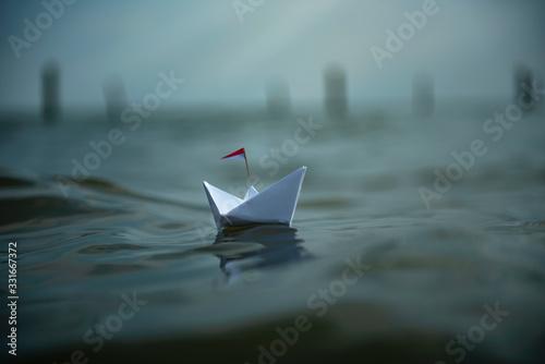 Leinwand Poster Freiheit - kleines Papierschiff auf dem Meer