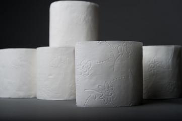 Stos białego papieru toaletowego