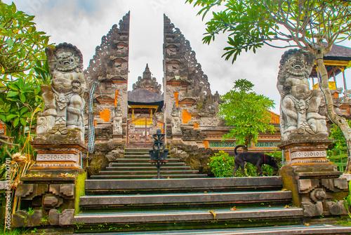 Valokuvatapetti UBUD, BALI, INDONESIA - APRIL 2017: Beautiful Balinese entrance gate of the temple, a Pura Pusen temple in the center of Ubud, Bali, Indonesia
