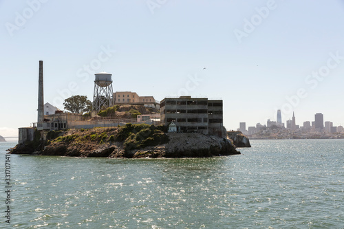Photo Alcatraz Island and prison with skyline of Downtown San Francisco in the distance behind