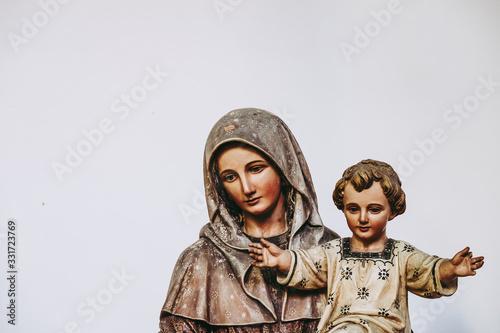 Statue de la vierge et l'enfant dans une église Canvas Print