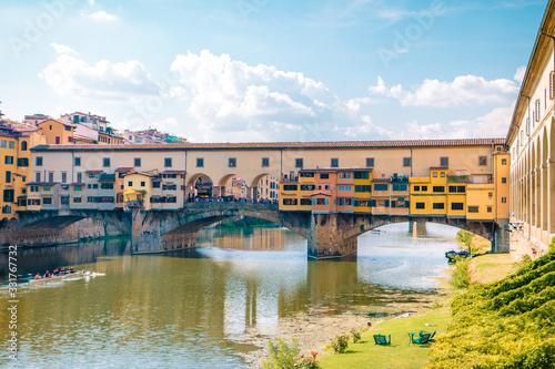 Photo Ponte Vecchio bridge over the Arno River in Florence Italiy, colourful bridge ov