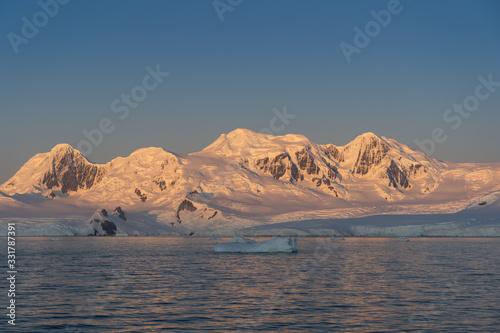 Photo Sunrise in the Errera Channel in Antarctica