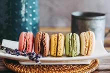 Assortiment De Macarons Colorés Dans Un Plat En Céramique