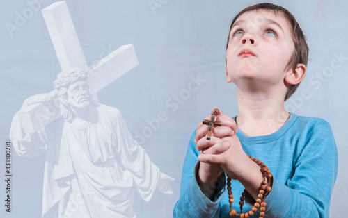 Little boy praying and holding rosary Tapéta, Fotótapéta