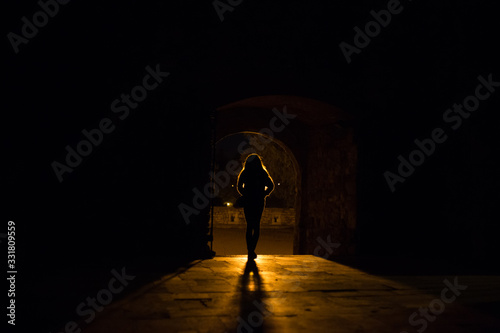 Photo Silhouette of a girl who stands in front of a light source