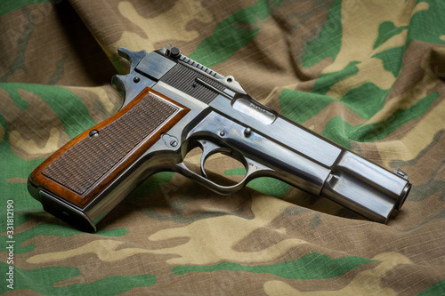 Belgian made Browning Hi-Power 9mm semiautomatic handgun with wood checkered gri Canvas-taulu