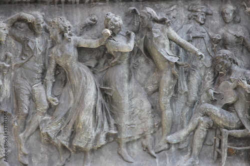 Photo Relieve de una escena de baile tradicional en una escultura (Madrid)