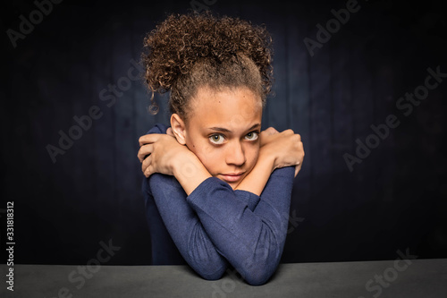 Photo Pretty Young Girl with Arms Crossed