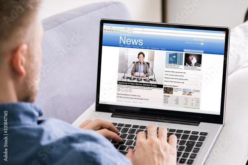 Fototapeta Man Reading News Website obraz