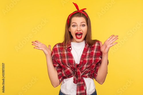 Photo Oh my god, wow! Portrait of surprised pinup girl in checkered shirt and headband