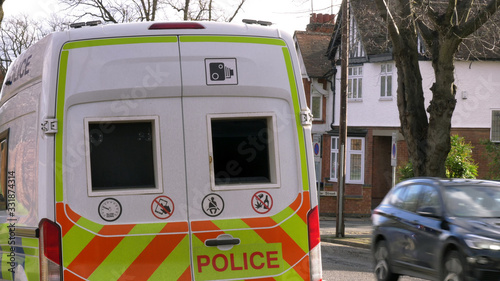 Photo anpr camera van on british town road with traffic passing in england uk