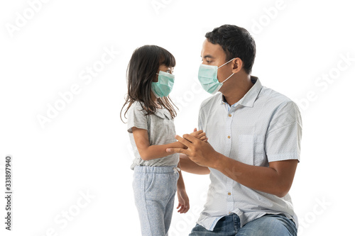 Fotografiet worried father and daughter wearing face mask for virus protection