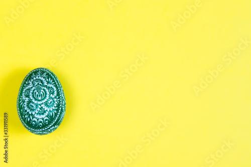 Fototapeta Prawdziwa ręcznie zdobiona kroszonka, jajko wielkanocne na żółtym tle obraz