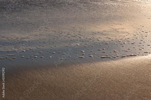 Photo olas ronmpiendo en la arena de la playa