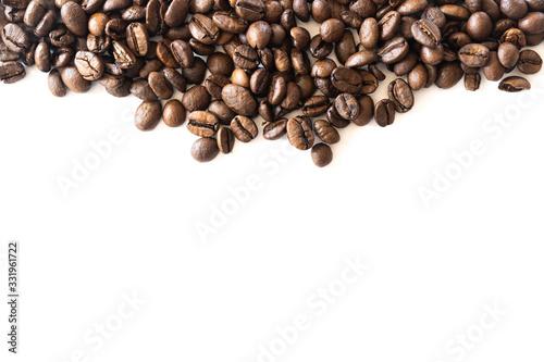 Granos de café sobre un fondo blanco