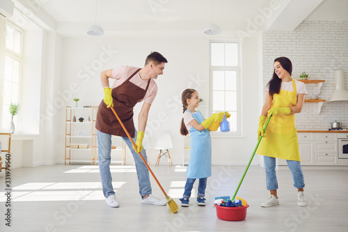 Fotomural Happy family cleans the room in the house.