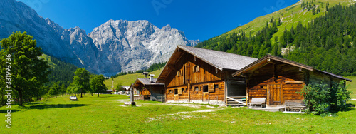 Photo panorama landscape in bavaria with wooden old farmhouse