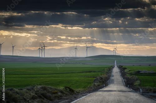 Campo de los Monegros de Aragón con turbinas eólicas al atardecer (Aragón, Españ Canvas Print