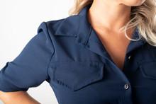 Detalle Del Hombro De La Camisa De Chica De Negocios Rubia Con Camisa Azul