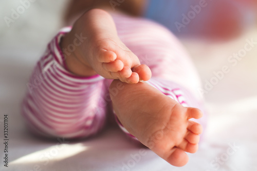 Photo Newborn baby feet from behind.