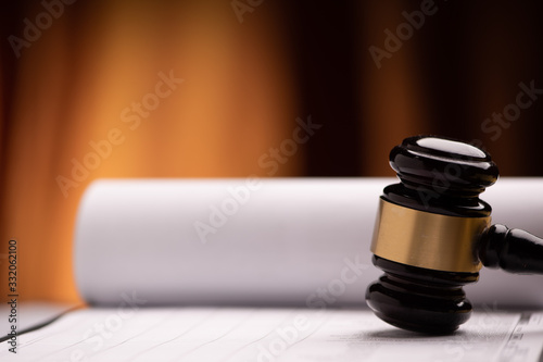 Fotografía Judge`s gavel with white paper on the background.