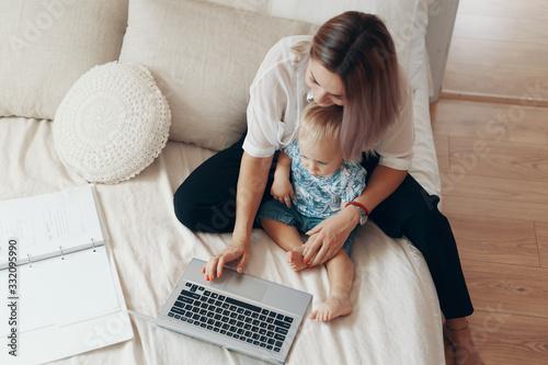 Cuadros en Lienzo Modern woman working with child