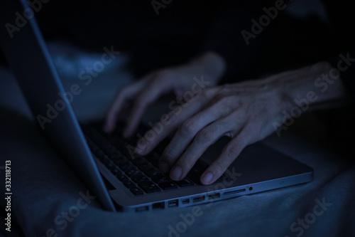 暗い中でパソコンを使う男性の手元 Canvas Print