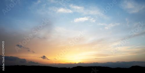 Obraz panoramica de una puesta de sol entre las montañas - fototapety do salonu