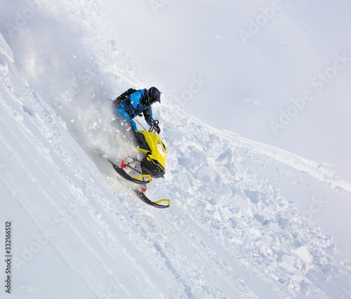 Fotografia jump and ride in a big avalanche on a snowmobile with snow splashes and a storm