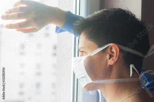 Obraz Młoda kobieta w maseczce na kwarantannie w domu  - fototapety do salonu