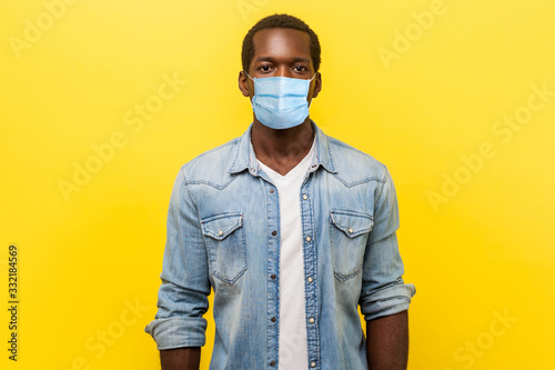 Photo Portrait of serious self-assertive handsome man with medical mask with rolled up sleeves looking smart and professional, freelancer or employee
